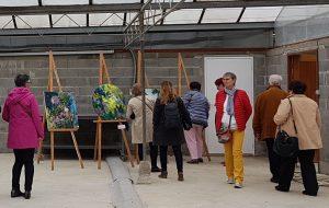Des visiteurs devant mes peintures à la 14eme Biennale de Savonnières.